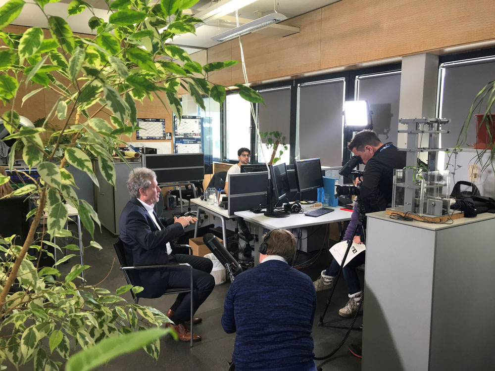 Virtual Vehicle Geschäftsführer Jost Bernasch gibt ServusTV ein Interview